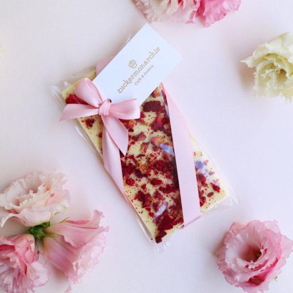 Weiße Schokolade mit Himbeeren und Rosenblüten